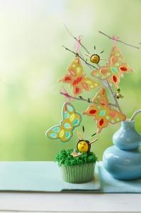 1428607834-grassy-lemon-cupcakes-bees-flowers-recipe-wdy0515