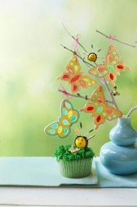 1428607834-grassy-lemon-cupcakes-bees-flowers-recipe-wdy0515